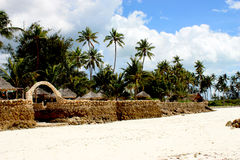 Incurvi il portone al villaggio dalla spiaggia Fotografia Stock