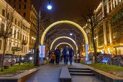 Incurvi le ghirlande decorate per il nuovo anno sulla via in San Pietroburgo La Russia Immagini Stock