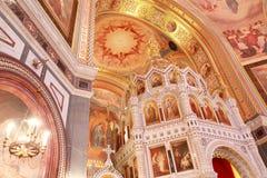 Incurvi sopra l'altare all'interno della cattedrale Fotografia Stock