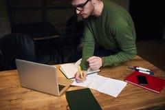 Indépendant émotif dans la veste verte Photographie stock libre de droits