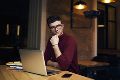 Indépendant émotif dans une connexion de veste de Bourgogne à l'Internet dans l'espace coworking Photo stock
