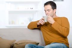 Indépendant appréciant l'odeur de café photographie stock libre de droits