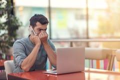 Indépendant barbu heureux enthousiaste lisant l'email avec des résultats au sujet de victoire dans le concours en ligne moderne s image libre de droits