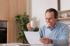 Indépendant délicieux vieillissant travaillant à la maison Image stock