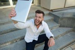 Indépendant d'homme avec la tablette Photo stock