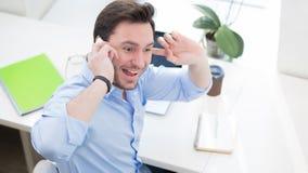 Indépendant parlant au-dessus du téléphone Images stock