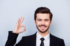 Indépendant Smart-vêtu de sourire de jeunes sûrs montrant le correct-signe photos stock