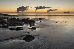 Indústria ao longo do Westerschelde durante um nascer do sol Imagens de Stock Royalty Free