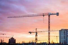 Indústria da construção civil com maquinaria do guindaste Fotografia de Stock Royalty Free