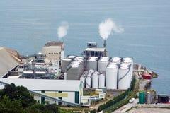Indústria da fábrica perto do mar Imagens de Stock Royalty Free