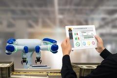 Indústria 4 de Iot 0 conceitos, coordenador industrial que usa o software aumentado, realidade virtual na tabuleta a monitorar a  fotos de stock royalty free