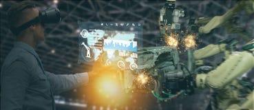 Indústria 4 de Iot 0 conceitos, coordenador industrial que usa o software aumentado, realidade virtual na tabuleta a monitorar a  imagem de stock
