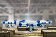 Indústria 4 de Iot 0 conceitos da tecnologia Fábrica esperta usando-se tendendo os braços robóticos da automatização com a correi Foto de Stock