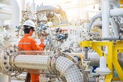 Indústria de petróleo e gás a pouca distância do mar, dados do registro do operador da produção ao registro, dialy atividade do t fotografia de stock royalty free