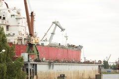 Indústria do estaleiro, construção de navio, doca seca de flutuação no estaleiro foto de stock royalty free