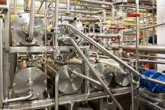 Indústria do leite automática do equipamento, com encanamentos e reservatórios fotografia de stock royalty free