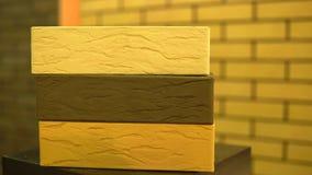 Indústria do tijolo Tijolo bonito da fachada de três cores vídeos de arquivo