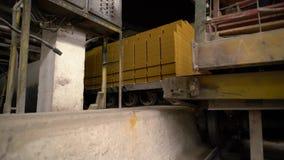 Indústria do tijolo Ideia do passeio carregado dos carros nos trilhos filme