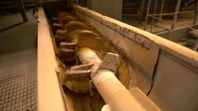 Indústria do tijolo Vista do transporte de parafuso, close-up video estoque