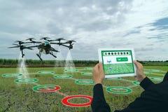 Indústria esperta 4 da agricultura de Iot 0 conceitos, zangão no uso da exploração agrícola da precisão para o pulverizador uma á fotografia de stock