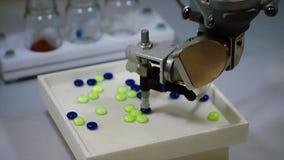 Indústria farmacêutica do robô automático Robô que classifica automaticamente bolas O robô classifica comprimidos pela cor video estoque