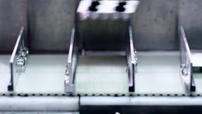 Indústria farmacêutica Linha de produção automatizada Produtos médicos no transporte vídeos de arquivo