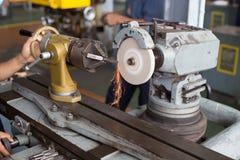 Indústria metalúrgica: metal do revestimento que trabalha na máquina do moedor do torno Fotografia de Stock Royalty Free