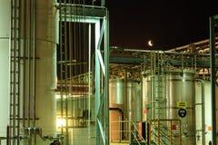 Indústria: Moonrise sobre a exploração agrícola de tanque química do armazenamento fotografia de stock royalty free