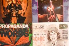 Indústria musical para trás nos anos 90 45 únicos registros do RPM imagens de stock