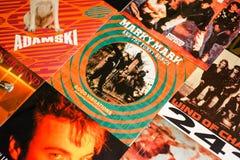 Indústria musical para trás nos anos 90 45 únicos registros do RPM fotos de stock royalty free