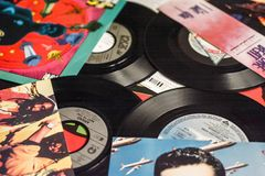 Indústria musical para trás nos anos 90 45 únicos registros do RPM fotos de stock