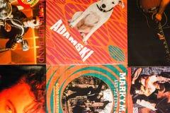Indústria musical para trás nos anos 90 45 únicos registros do RPM imagem de stock