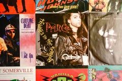 Indústria musical para trás nos anos 90 45 únicos registros do RPM foto de stock royalty free