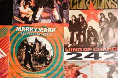 Indústria musical para trás nos anos 90 45 únicos registros do RPM imagens de stock royalty free