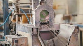 Indústria para construir - produção das hastes de fibra de vidro - o reforço composto video estoque