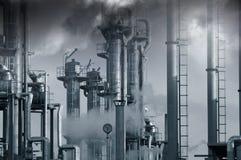 Indústria, petróleo, combustível e nuvens tóxicas Fotografia de Stock Royalty Free