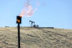 Indústria petroleira de queimadura da chaminé do gás fotografia de stock royalty free