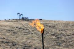 Indústria petroleira de queimadura da chaminé do gás foto de stock royalty free