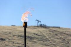 Indústria petroleira de queimadura da chaminé do gás fotografia de stock