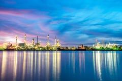 Indústria petroleira no por do sol bonito, nuvem do fundo da indústria e fotografia de stock