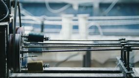 Indústria química - tela para o reforço composto da fibra de vidro - parte da linha da maquinaria vídeos de arquivo