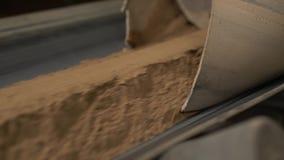 Indústria A vista da areia move-se na correia transportadora filme