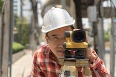 Indagine della terra dell'ingegnere civile con il equipm del teodolite o di tacheometer Fotografia Stock Libera da Diritti
