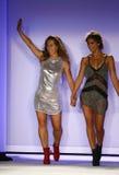 Indah projektant Libby DeSantis i modelów spacerów pas startowy podczas Indah Swimwear pokazu mody (L) obraz stock