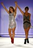 Indah projektant Libby DeSantis i modelów spacerów pas startowy podczas Indah Swimwear pokazu mody (L) fotografia royalty free