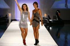 Indah projektant Libby DeSantis i modelów spacerów pas startowy podczas Indah Swimwear pokazu mody (L) obrazy stock