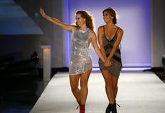 Indah projektant Libby DeSantis i modelów spacerów pas startowy podczas Indah Swimwear pokazu mody (L) zdjęcia royalty free