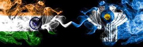 Inde contre des drapeaux de fum?e de Commonwealth plac?s c?te ? c?te Drapeaux soyeux color?s ?pais de fum?e d'Indien et de Common image stock