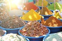Inde d'épices Des épices sont vendues sur le marché dans l'Inde Le poivron rouge, cannelle, baden, safran des indes, anis, cardam photos stock