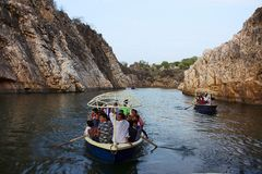 Inde de Bhedaghat Madhya Pradesh Canotage de touristes le long de rivière de Narmada photo libre de droits